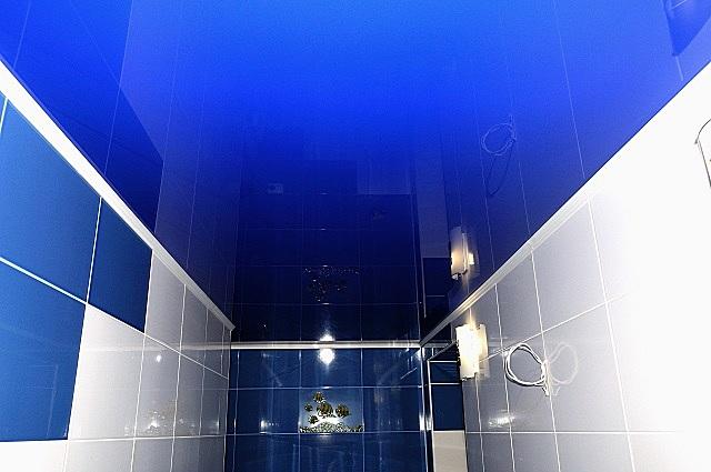Натяжной потолок в туалете.