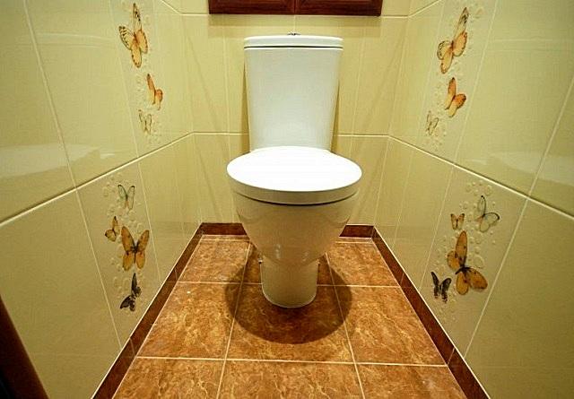 Оформление плиточного покрытия пола легко можно подобрать под любой стиль отделки туалета.
