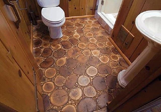 Очень оригинальное напольное покрытие, выполненное из деревянных спилов.