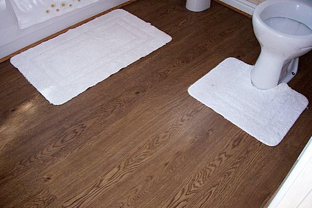 Для покрытия пола в туалете вполне можно применить и линолеум