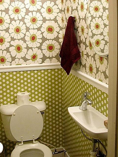 Стены туалета, особенно в верхней их половине, вполне можно отделать обоями