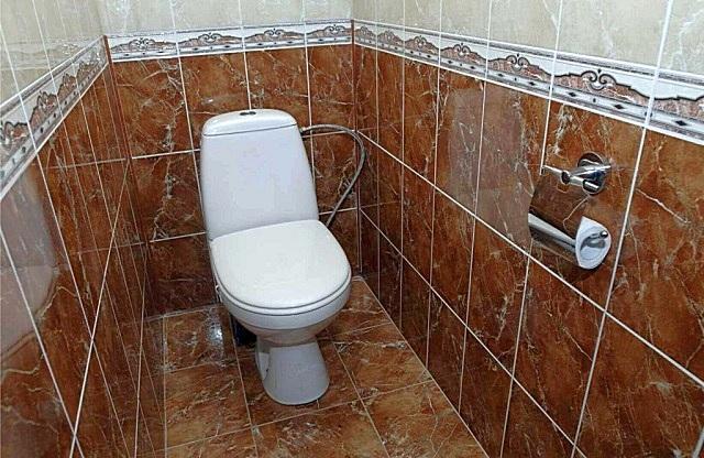 Керамическая плитка на стенах – традиционное решение при отделке туалетов и ванных