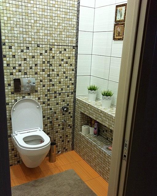 Навесной унитаз в интерьере туалета.