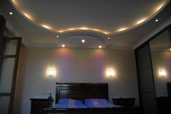 Подсветка тоже делает потолок выше