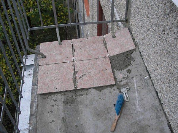 Для ремонта на балконе пригодится морозоустойчивый клей