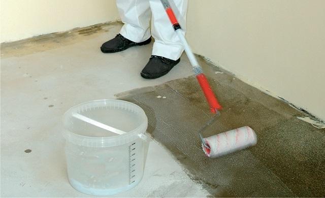 Обязательный этап, которым недопустимо манкировать – тщательное грунтование всей поверхности под облицовку.