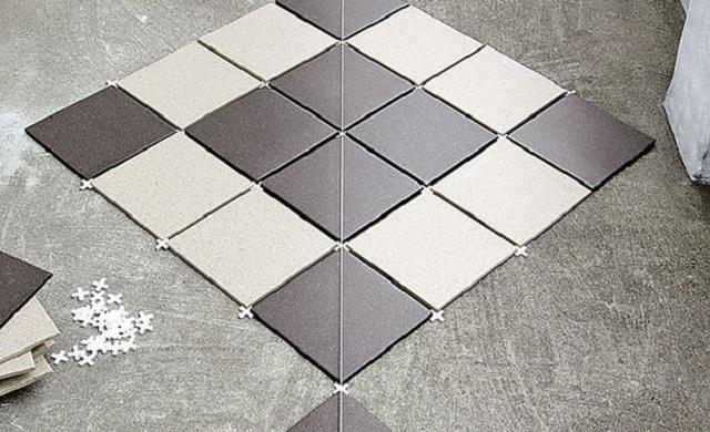 Пример укладки плитки от центра помещения.