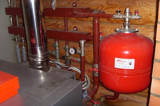 Мембранный расширительный для системы отопления среднестатистического частного дома – довольно компактен, и в принципе не существует особых ограничений по месту его расположения.