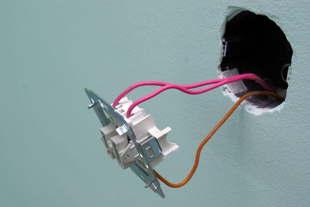 Двухклавишный выключатель с двумя проводами