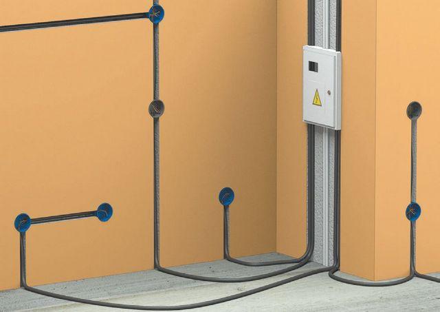 Очень удобным вариантом может стать прокладка проводов по полу, до заливки стяжки