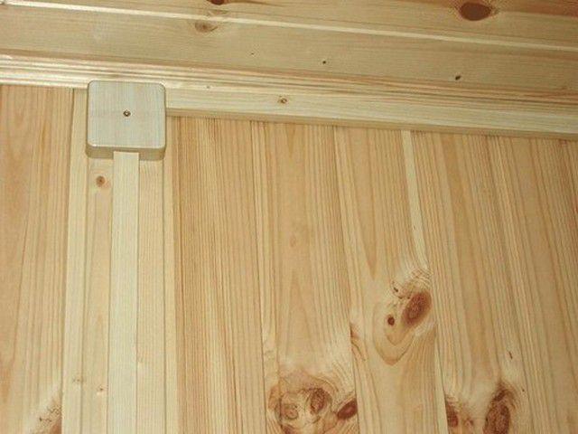 Кабель-каналы могут быть декорированы в тон с деревянными стенами