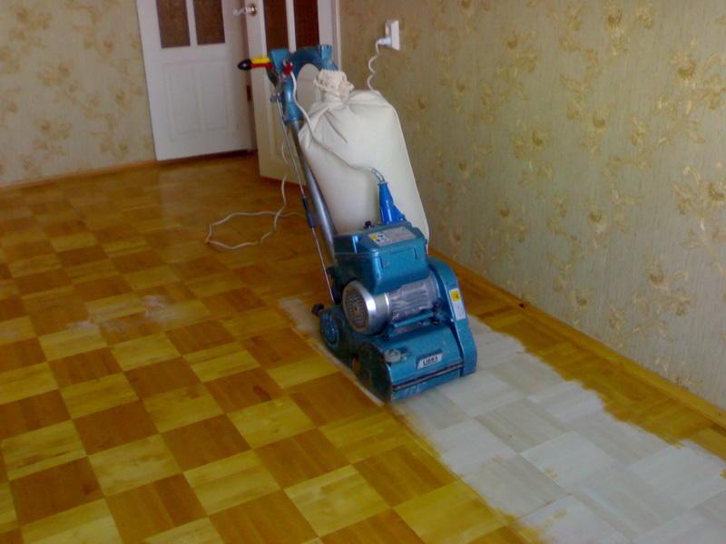 Перед началом цирклевки помещение освобождают от мебели и всех находящихся предметов, демонтируют плинтуса и убирают мусор