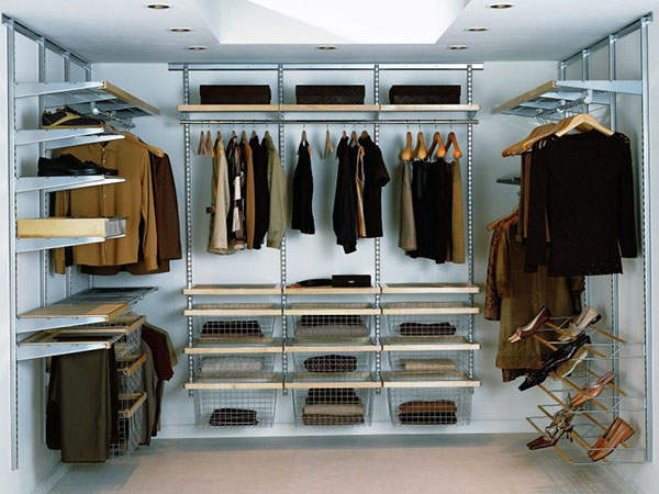 Сетчатая система хранения в маленькой гардеробной
