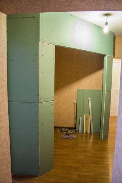 Возведение гипсокартонной перегородки, отделяющей гардеробную от основной площади комнаты.