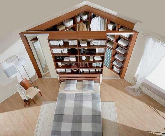 Вариант угловой гардеробной – внешняя сторона служит и книжным шкафом, и прикроватными полочками, установленными в изголовье.