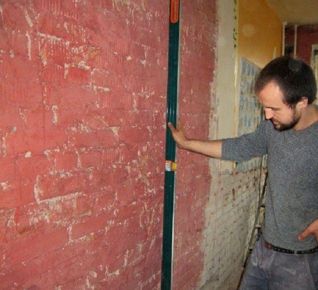 Проверка стены на ровность и соответствие вертикальной плоскости