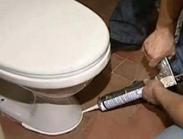 Заделка стыка на полу герметиком