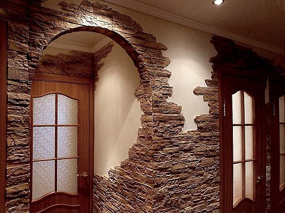 Декоративный камень в коридоре