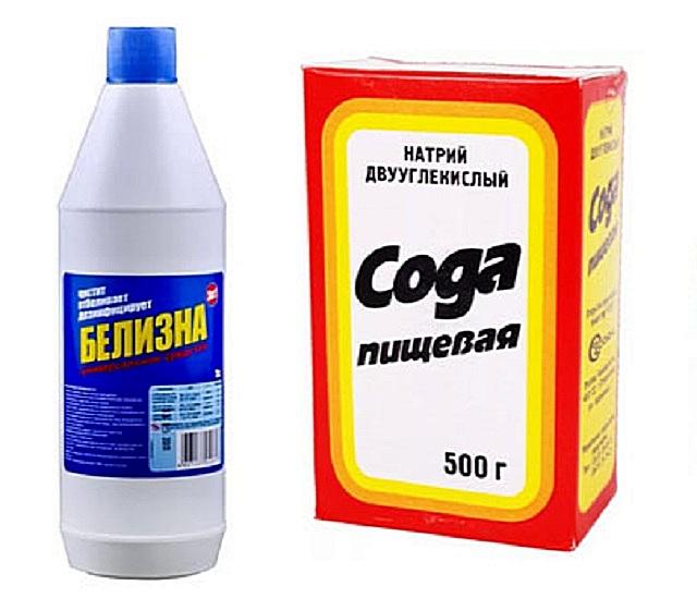 «Белизна» и столовая или стиральная сода помогут справиться с плесенью, возникших на поверхности ванной комнаты.
