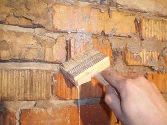 Нанесение грунтовки на стенки печи