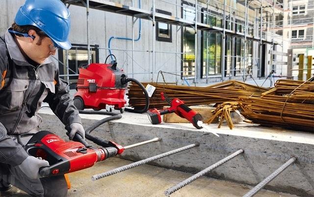 Вклеивание арматурных прутов в бетон химической анкеровкой с использованием профессионального комплекта инструментов.