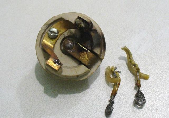 Подгоревшие или потерявшие пружинистость контакты патрона могут стать причиной «короткого века» светодиодной лампы