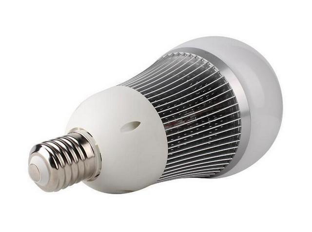 Светодиодная лампа с вынесенным наружу ребристым радиатором охлаждения