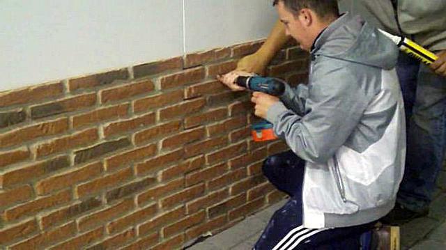 На ровные стены панели можно крепить с помощью «жидких гвоздей», усиливая фиксацию, при необходимости, саморезами или дюбелями