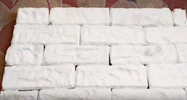 Пенополистирольные обработанные плитки, составленные в «кирпичную кладку»