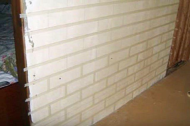 По всем линиям разметки на стену наклеивается малярный скотч