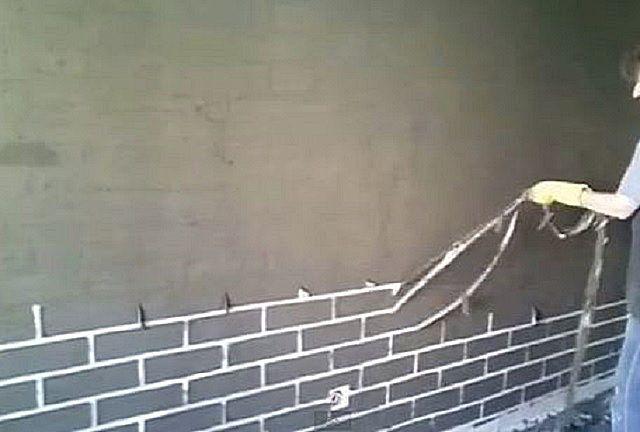 Аккуратное снятие «паутины» из скотча создаст на стене рисунок «кирпичной кладки»