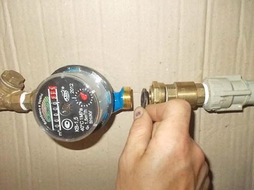 Соединение патрубка с обратным клапаном