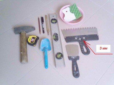 Некоторые принадлежности для облегчения укладки плитки.