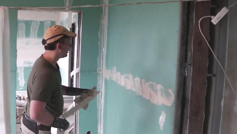 Так выглядит зашпаклеванный стык на стене