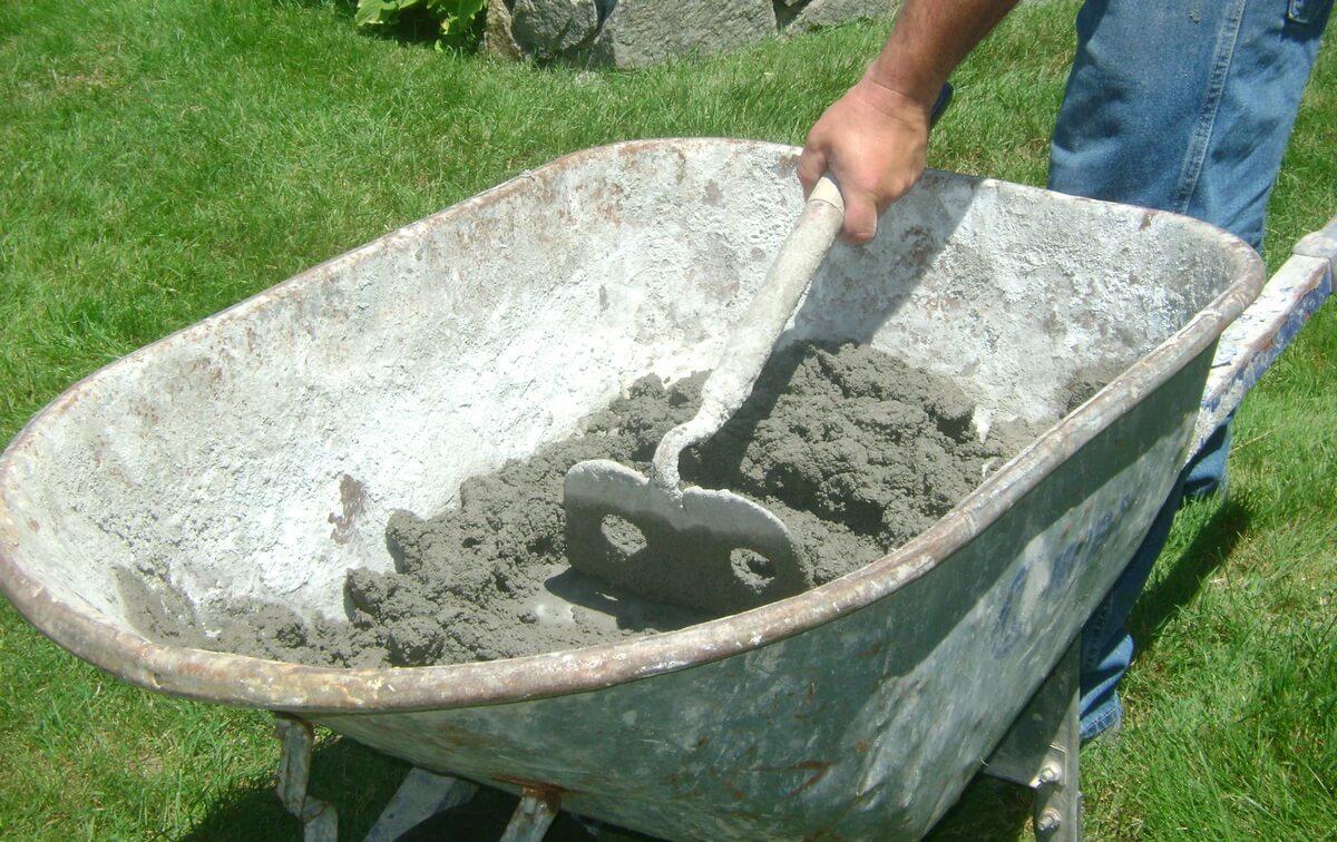 замешивание штукатурки в корыте