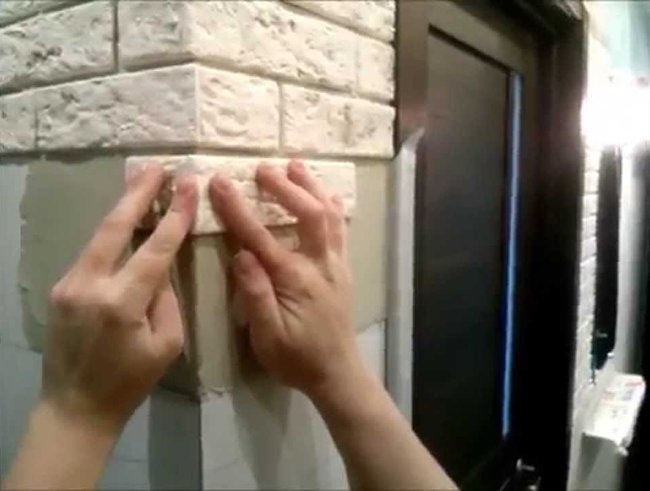 приклейка плитки к стене