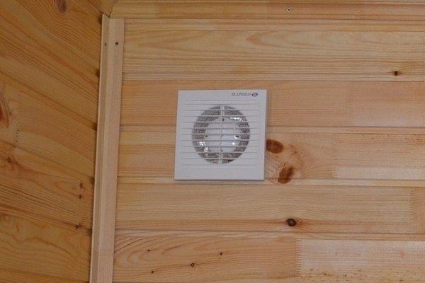 Вентилятор в вытяжном отверстии сауны
