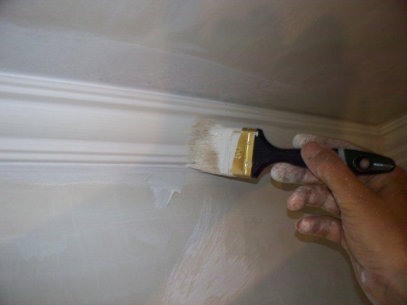 При окрашивании потолка без использования кисти не обойтись
