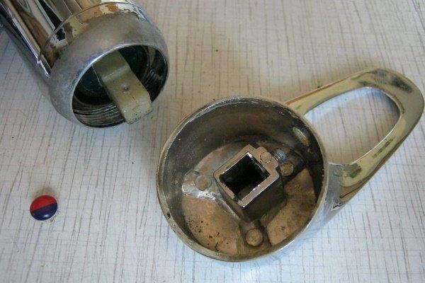 Шаг 3: Удаление рукоятки смесителя