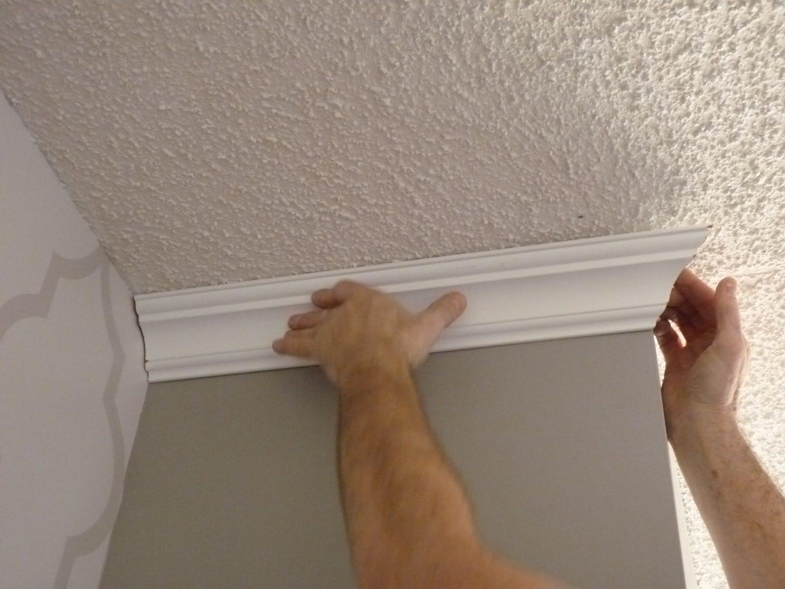 На потолке хорошо смотрятся гипсовые плинтуса.