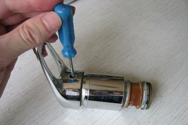 Шаг 2: Выкручивание крепления рукоятки