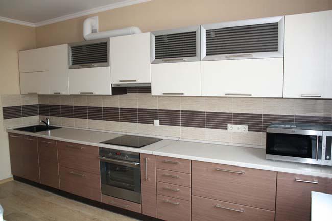 Кухня. Пол и стены декорированы плиткой