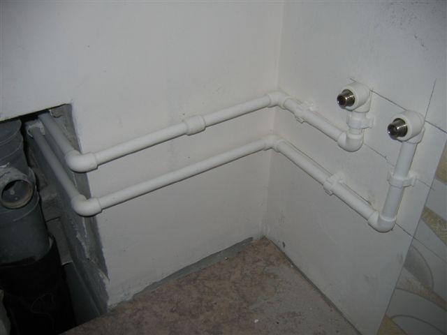 В идеале водяные розетки лучше размещать как можно ближе ко входу труб на кухню