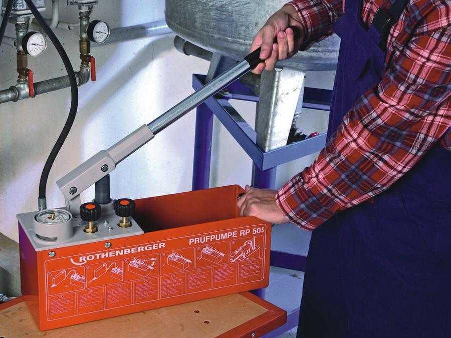 Это ручной насос для опрессовки, с помощью которого можно закачать теплоноситель для систем отопления