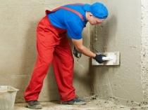 Процесс выравнивания стен при помощи цементной штукатурки