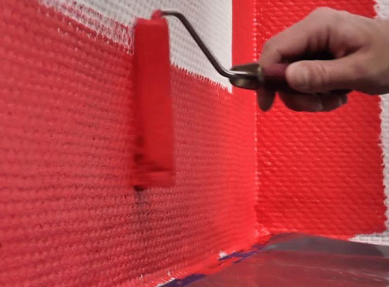 Окрашивание стены возле плинтуса с использованием маленького валика
