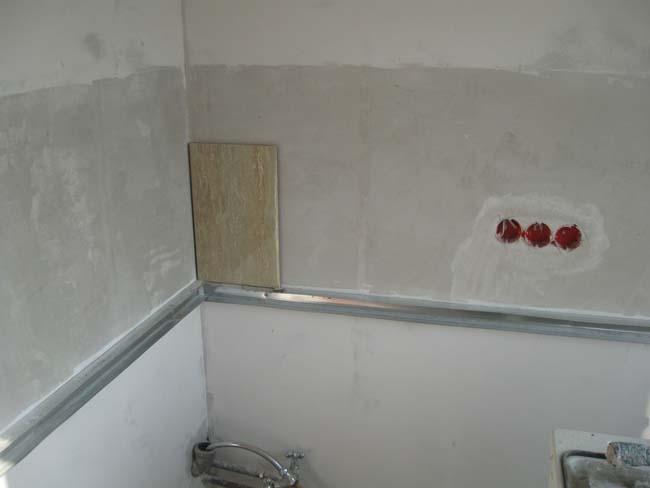 выравниваем основу для укладки плитки на стене