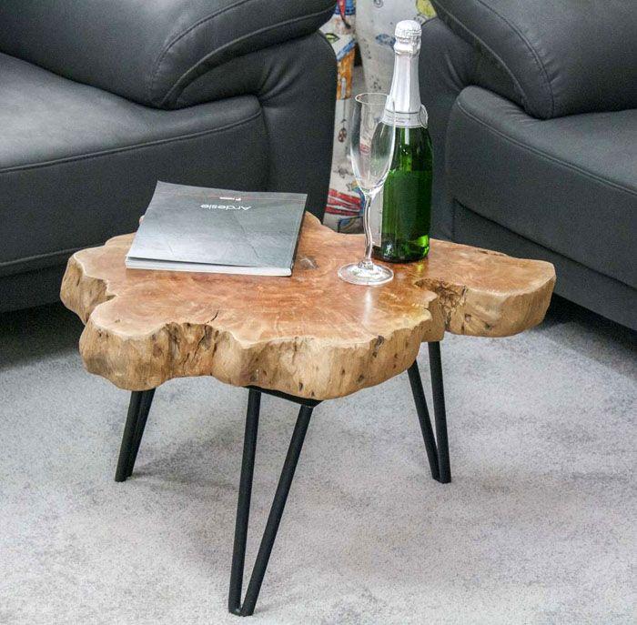 Если взять металлические ножки и спил большого дерева, можно добавить интересную изюминку в гостиную. Это не самый сложный вариант изготовления столика