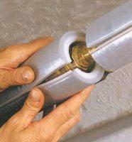 монтаж теплоизоляционного материала на трубу холодного водоснабжения