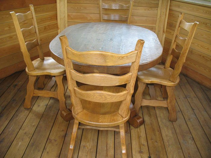 Небольшой закругленный столик можно поставить в баньку или беседку